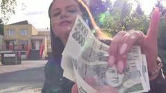 Tía de la calle acepta dinero por follar