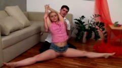 Hermano ayuda a su hermanita a hacer sus ejercicios