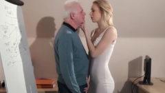Jovencita Rusa seduce a su viejo profesor