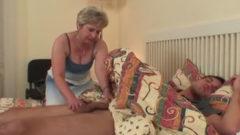 Madre despierta a su hijo con una mamada