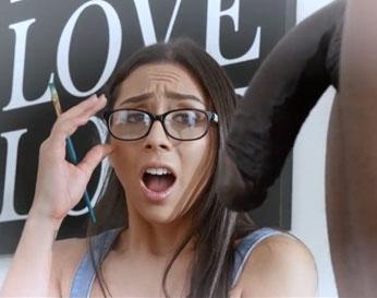Pintora jovencita se excita con la polla negra de su modelo