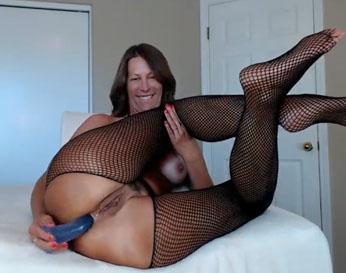 Vieja puta masturbándose por el culo en la webcam