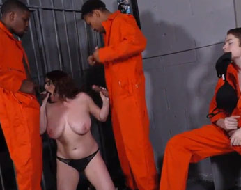 Tetona visita la cárcel y es follada por los presos