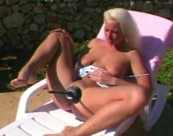Rubia deja que juegues con su coño por unos cuantos euros