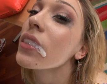 Rubia se traga el semen después que le hace un anal