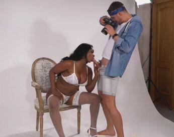 Negra tetona follando con el fotógrafo de un casting