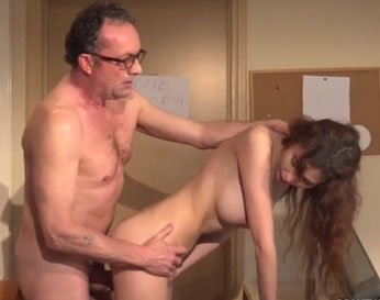 Rica pelirroja evita un castigo follando con el profesor