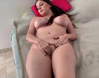 Gordita tetona se masturba mientras su marido llega a follarla