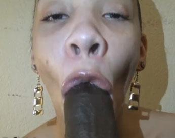 Esposa negra tragando la verga gigante de su marido