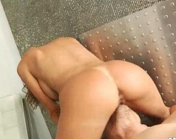 Madura sentada en la cara de su macho antes de la follada anal