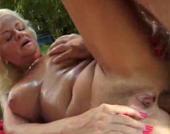 Follada por el culo en el parque a una abuela tetona