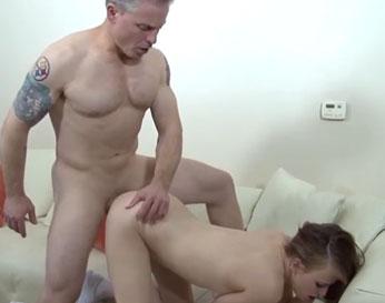 Lecciones de sexo diarias para la colegiala ardiente