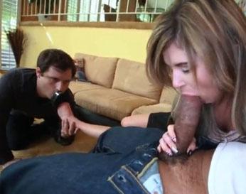 Cornudo tiene que observar mientras su mujer se la chupa a un negro