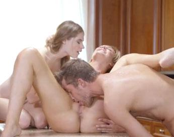 Mamá les enseña a cocinar y a hacer tríos de sexo