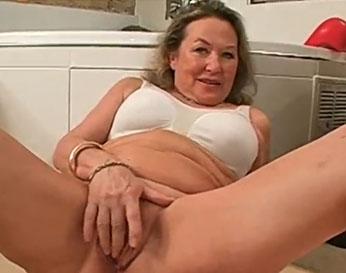 Abuelita puta masturbándose frente a su nieto