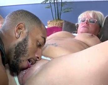 La abuelita zorra tiene un negro que le come el coño