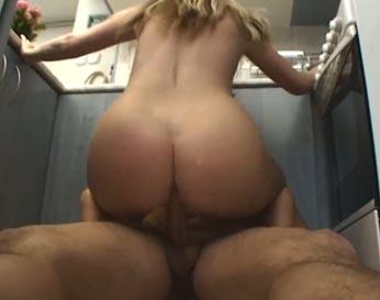 Su cuñada monto su polla en la cocina