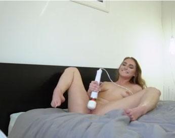 Le muestra cómo se masturba antes de follar