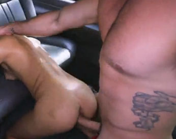Flaquita se manda un polvazo dentro de un coche