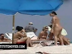 Playa nudista y todos en pelotas