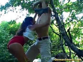 Madura alemana follando en el bosque