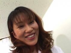 Asiática irrumpe en la consulta médica