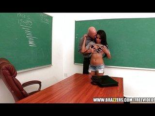 Jovencita latina a solas con su tutor