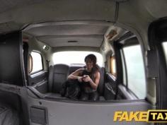 Preciosa negrita follada en un taxi