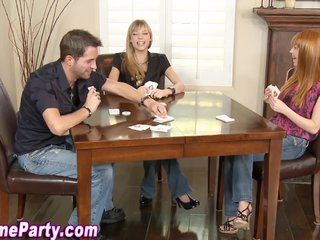 Jugando al strip poker con la hermana y la novia