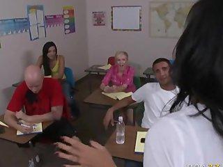 Maestra se mete la polla de su alumno