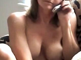 Follada por su amante mientras habla con su marido