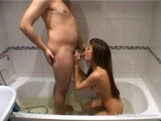 Sexo amateur dentro de una bañera