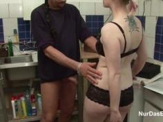 Follada por su padrastro en la cocina