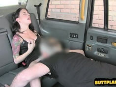 Jovencita follada en un taxi