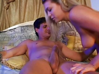 Jovencita entrega su virginidad anal