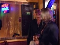 Follada por desconocidos en un bar